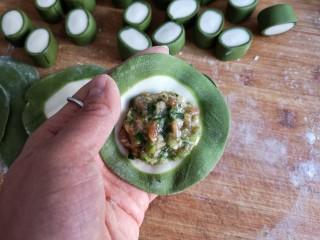 翡翠饺子——用一盘情意绵绵的饺子温暖整个冬天,在饺子皮中间填入适量的馅(饺子皮面积的一半为宜)。