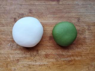 翡翠饺子——用一盘情意绵绵的饺子温暖整个冬天,揉成光滑面团。同样的方法用菠菜粉或者菠菜汁(如果用菠菜汁需要将菠菜洗净焯水去草酸后再榨汁)和成绿色面团。