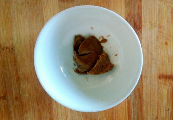 麻酱油麦菜,纯麻酱两小勺,放入碗里