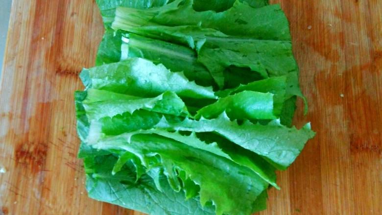 麻酱油麦菜,把洗好的油麦菜放在菜板上,用刀切成段