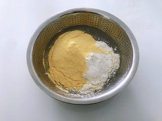 黑豆渣窝窝头,将所有原料倒入装有豆渣的盆中,搅拌成小面絮状,喜欢吃甜的可以加适量白砂糖,我做的是原味的。
