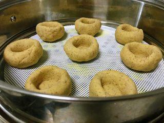 黑豆渣窝窝头,将所有面团按此步骤依次做好,冷水上蒸锅,蒸18分钟。