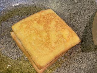 超浓鸡蛋芝士西多士,煎至双面金黄,出锅,对半切就可以了(中途要翻3-4次双面)