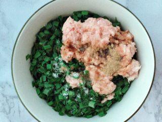 韭菜猪肉水饺,加盐,五香粉,生抽,芝麻油,植物油拌匀