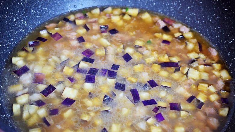 茄子打卤面,再加入适量的清水,没过食材即可,大火烧开转中小火炖煮10-15分钟