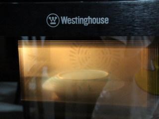 秋葵蒸蛋,盖上一个盘子或者盖子,或者保鲜膜,保鲜膜的话表面要扎上小洞,开启蒸笼模式。