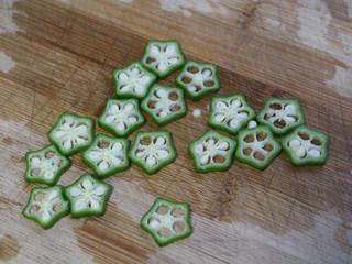 秋葵蒸蛋,15分钟后将秋葵切成片,截面像一个个小星星。
