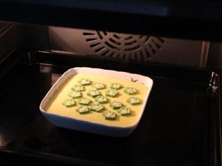 秋葵蒸蛋,将秋葵放入半凝固的蛋液表面,继续蒸10分钟即可。