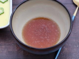 秋葵蒸蛋,喜欢吃原味的可以忽略这一步,喜欢口味丰富点的可以用生抽,开水,麻油调出酱汁。