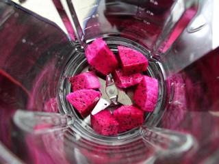 火龙果溶豆,火龙果用破壁机打成果泥,可以多打一些,取适量来用。
