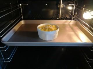 香橙烤吐司—清新香甜的早餐,烤箱预热175度,放入烤箱中层,烤20分钟左右。