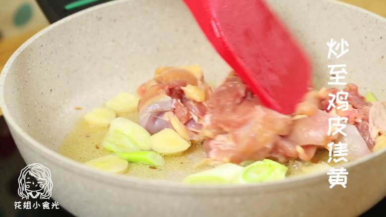栗子鸡24M+,放入鸡腿肉,炒至鸡皮焦黄