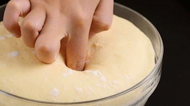 屁屁包,发酵至2~2.5倍大,手指蘸粉戳孔不回弹不塌陷。
