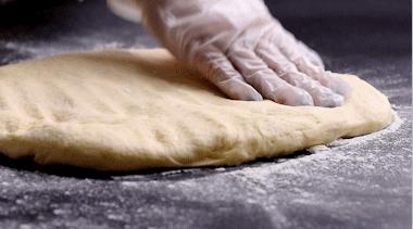 屁屁包,将发酵好的面团取出,轻拍排气。