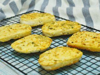 蒜香烤馍片,放入烤箱中层上下火200度10-15分钟之间,上色均匀即可