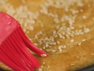 新疆烤馕,取出表面再刷一层熟油,晾凉切块即可享用