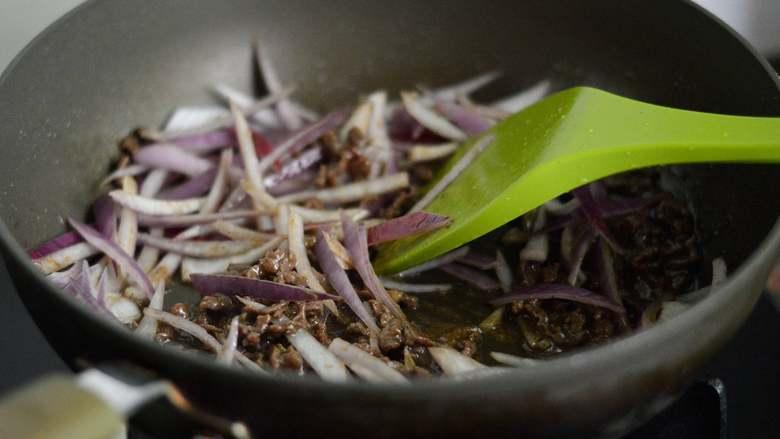 黑椒牛柳意面,加入洋葱丝翻炒