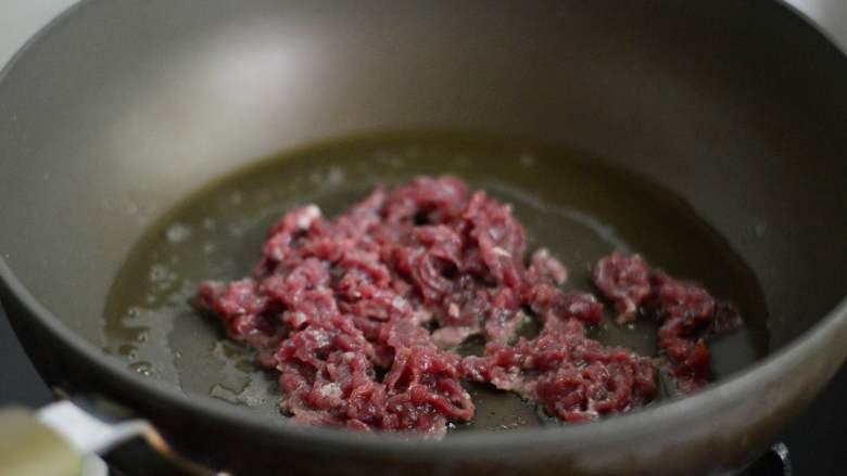 黑椒牛柳意面,锅里烧热油,下牛肉丝翻炒