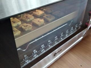 蔓越莓饼干,放入已经预热好160度的东菱K40c烤箱中下层烘烤20-25分钟,最后几分钟留意上色情况。