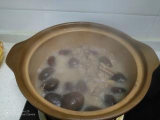 板栗排骨焖有机菜花,板栗排骨热一下。
