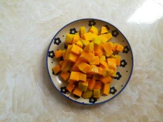 南瓜小米粥,讲南瓜去皮去籽后切成1厘米大小的方块