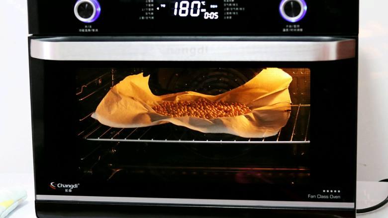 南瓜派,12. 派皮上铺上油纸,放上适量豆子,防止烤的时候鼓起来,空气烤箱提前180度预热,放入派皮烤10分钟