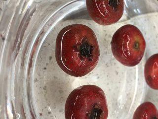 百变水果 冬季小零嘴,消食又开胃——山楂雪球,加入少量食盐清洗