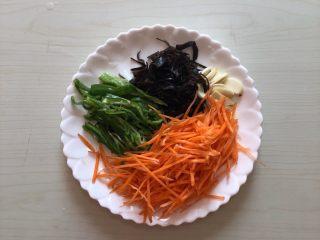 鱼香杏鲍菇,青椒切丝、胡萝卜刨丝、蒜瓣切片