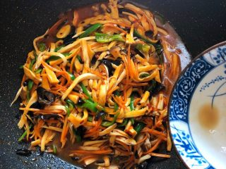 鱼香杏鲍菇,淋入调好的鱼香酱汁