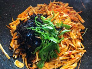 鱼香杏鲍菇,放青椒丝和木耳丝,翻炒均匀