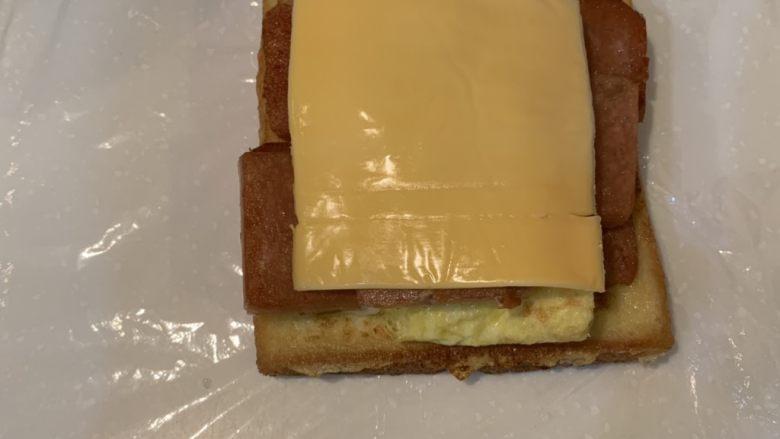 厚蛋烧芝士午餐肉三明治,盖上芝士