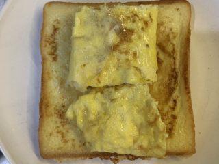 厚蛋烧芝士午餐肉三明治,铺上煎好的鸡蛋