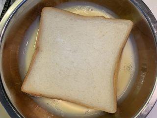厚蛋烧芝士午餐肉三明治,把剩余的蛋液蘸在面包上