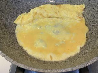 厚蛋烧芝士午餐肉三明治,放入第二次鸡蛋液,边边要蘸着第一次卷好的蛋卷一起煎