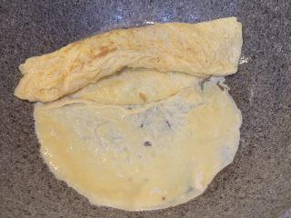 厚蛋烧芝士午餐肉三明治,加入第三次蛋液,蘸着第二层卷好的蛋卷煎