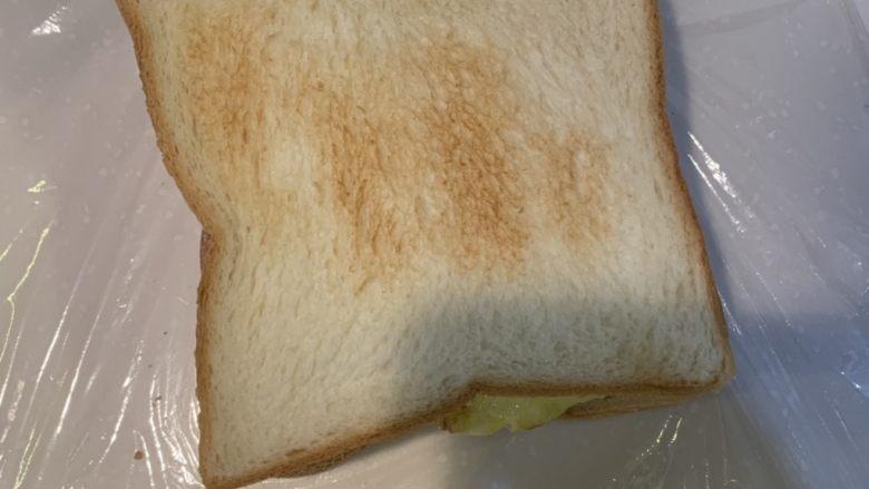 厚蛋烧芝士脆皮肠三明治,盖上面包