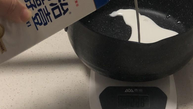快手姜撞奶,锅里加入牛奶