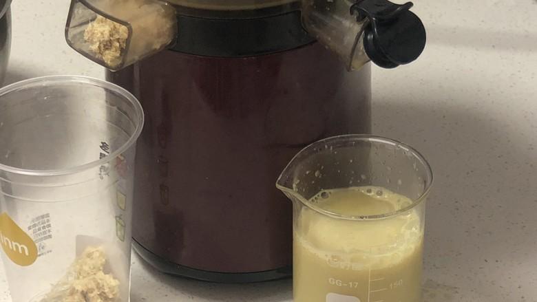 快手姜撞奶,惠人榨成姜汁,没有的伙伴可以用料理机打碎过滤,破壁机也是好用的。