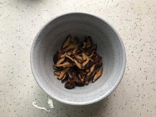 蚝油胡萝卜香菇杭椒炒鸡丝,泡好的香菇去蒂洗净之后切成丝