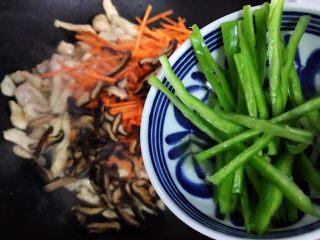 蚝油胡萝卜香菇杭椒炒鸡丝,加入杭椒