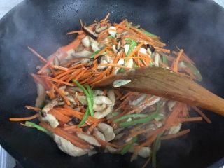 蚝油胡萝卜香菇杭椒炒鸡丝,翻炒均匀