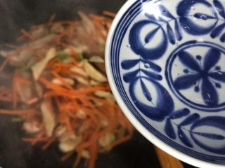 蚝油胡萝卜香菇杭椒炒鸡丝,加适量热开水