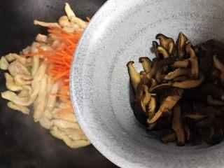 蚝油胡萝卜香菇杭椒炒鸡丝,加入香菇