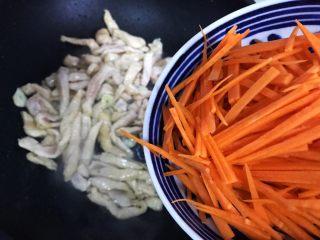 蚝油胡萝卜香菇杭椒炒鸡丝,加入胡萝卜