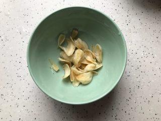 百变水果@蜂蜜百合雪梨汤,泡软的百合干洗净