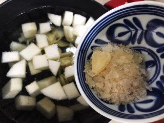 百变水果@蜂蜜百合雪梨汤,放入冰糖