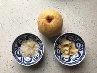 百变水果@蜂蜜百合雪梨汤,首先我们准备好所有食材