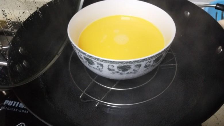 香肠、香菇、海苔蒸蛋,3个鸡蛋打在碗里,放一小勺盐,放等量清水,上锅蒸。