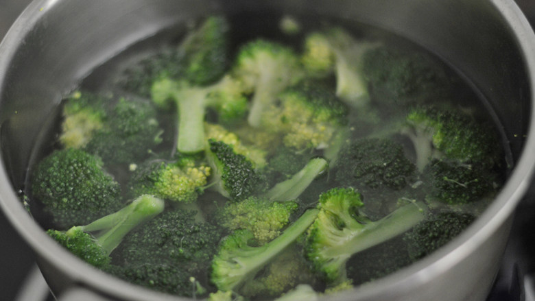 蒜蓉茄汁西兰花,放入滚水中焯烫1分钟后捞出