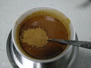芝麻酱烧饼,倒入芝麻酱中,搅拌均匀,加入十三香、盐。